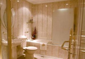 Отделка ванной ПВХ панелями